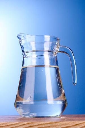purified: jarra de agua sobre fondo azul Foto de archivo
