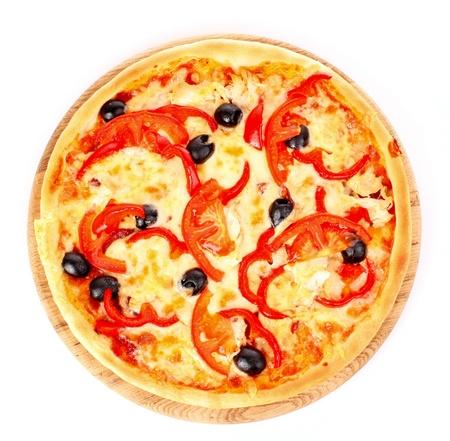 rebanada de pizza: Pizza con aceitunas aislados en blanco Foto de archivo