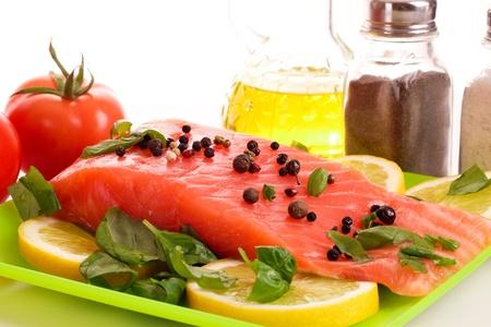 Rode vis met peper en groene bladeren geïsoleerd op wit