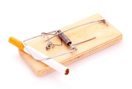 mousetrap: Sigaretta in trappola per topi isolata on white