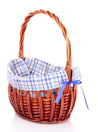 giftbasket: lege Rieten mand op wit wordt geïsoleerd Stockfoto