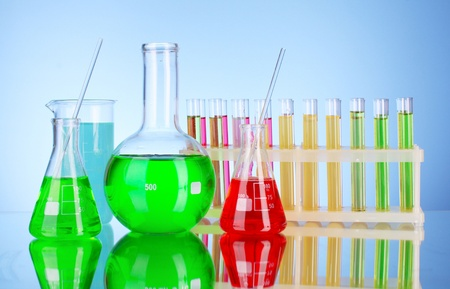 material de vidrio: Cristaler�a de laboratorio sobre fondo negro Foto de archivo