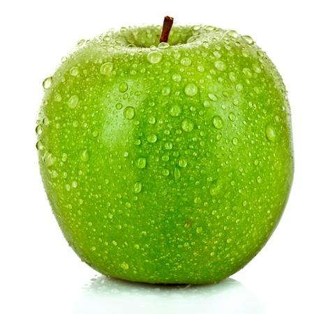 appel water: Groene appel met waterdruppels op wit wordt geïsoleerd Stockfoto