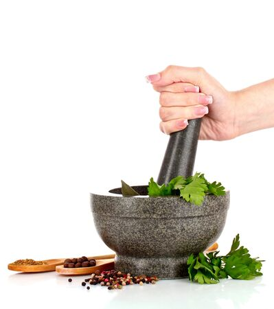 Mortier en stamper, peterselie en geïsoleerd op witte peper