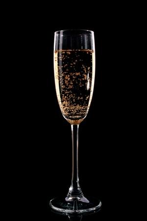 brindisi champagne: Vetro con champagne su sfondo nero Archivio Fotografico