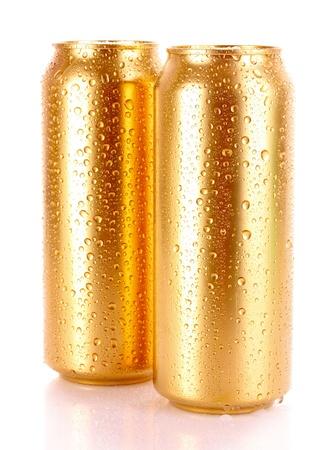 gold cans: birra metallico con gocce d'acqua isolati su bianco Archivio Fotografico