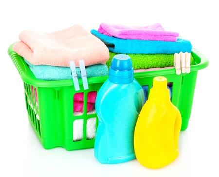 detersivi: Detersivi e asciugamani nel carrello isolato su bianco