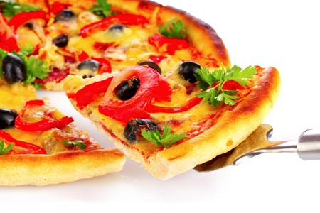 pizza: Sabrosa pizza aislado en blanco