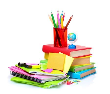 fila: libros, cuadernos y lápices aislados en blanco