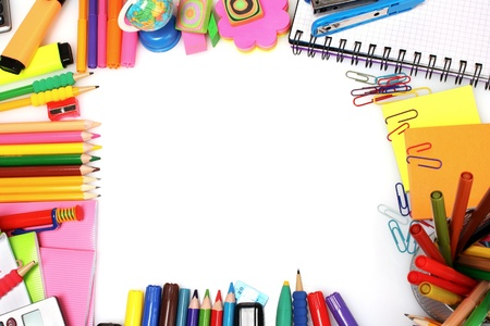 papeteria: ołówki, markery i papieru wyizolowanych na białym