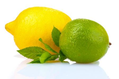 turunçgiller: fresh lime, lemon and mint isolated on white
