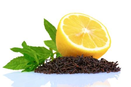 hojas de te: Secar hojas de t� negro, lim�n y menta aislados en blanco Foto de archivo