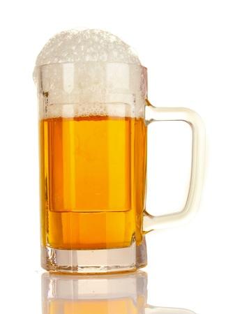 ámbar: jarra de cerveza aislado en blanco