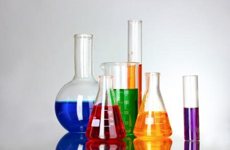 material de vidrio: tubos de ensayo en el laboratorio sobre un fondo gris