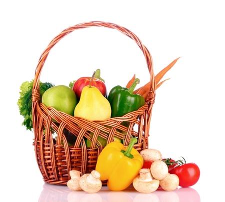 buena salud: verduras en una cesta aislados en blanco