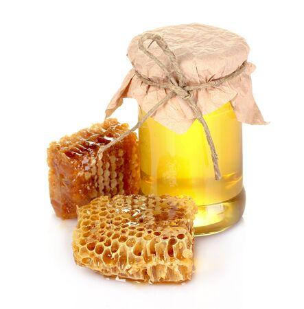 kam: Mooie kammen en honing geïsoleerd op wit