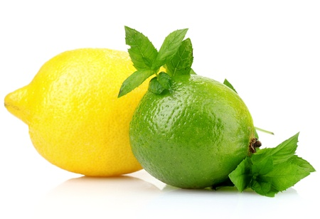 Lima fresco, limón y menta aislados en blanco