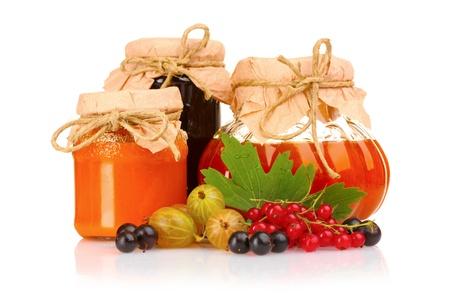 dżem: smaczne jam i jagody samodzielnie na biaÅ'ym tle Zdjęcie Seryjne