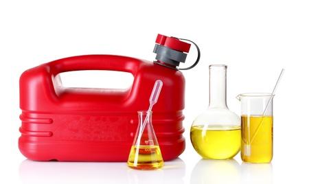 petrol can: bombona y combustible en el tubo de ensayo aislado en blanco