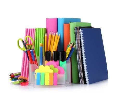 fournitures scolaires: Papeterie brillant et livres isol�s sur fond blanc