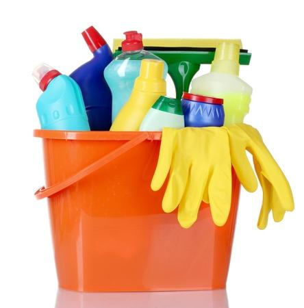 detersivi: bottiglie di detersivi, spazzole e guanti in secchio isolato su bianco