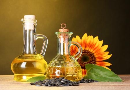 semillas de girasol: aceite de girasol y girasol sobre fondo amarillo Foto de archivo