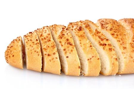 ajonjoli: sabroso pan en rodajas con semillas de s�samo aislados en blanco