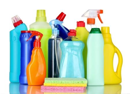 detersivi: bottiglie di detersivi e spugne isolato su bianco