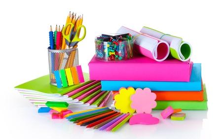 utiles escolares: papel brillante y libros aislados en blanco