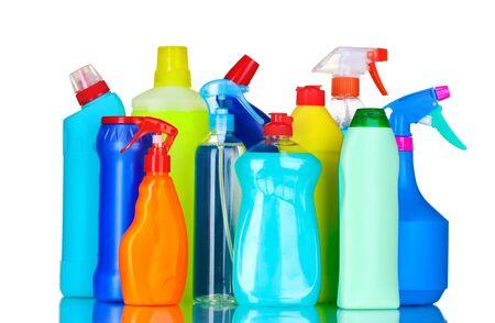 envases de plástico: botellas de detergentes aislados en blanco
