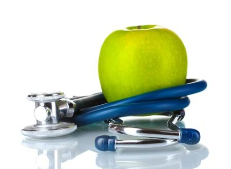 estetoscopio corazon: Estetoscopio m�dica y apple aislados en blanco Foto de archivo
