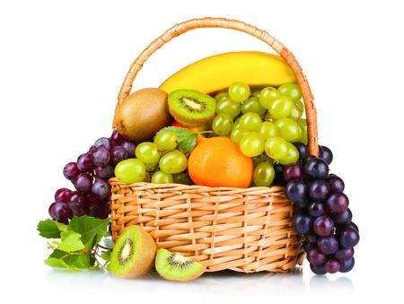 panier fruits: Mûrs fruits juteux dans le panier isolé sur blanc