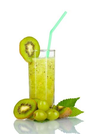 batidos de frutas: Batidos de kiwi en vidrio aislado en blanco