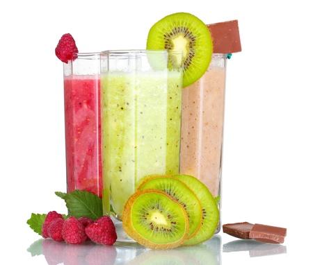 batidos de frutas: Deliciosos batidos de frutas y frutas aisladas en blanco