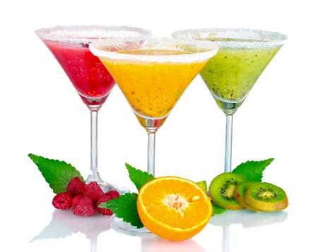 tomando jugo: Batidos de deliciosas frutas y frutos aislados en blanco Foto de archivo