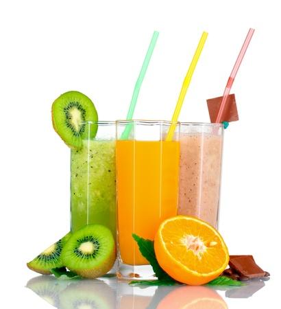 jus orange glazen: Heerlijk fruit smoothies en fruit op wit wordt geïsoleerd