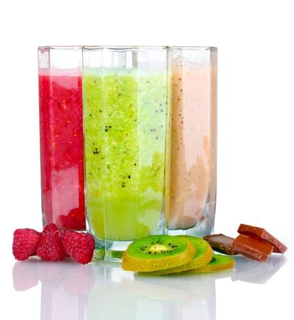 licuados de frutas: Deliciosos batidos de frutas y frutos aislados en blanco Foto de archivo
