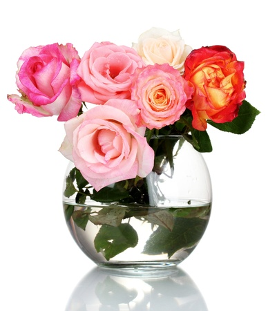 rosa: Beautiful bouquet of roses in transparent vase isolated on white