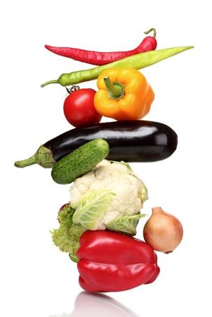 gezondheid: Verse groenten op wit wordt geïsoleerd Stockfoto