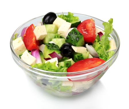 Sabrosa ensalada griega en recipiente transparente aislado en blanco