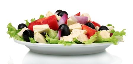 Deliciosa ensalada griega en la placa aislada en blanco