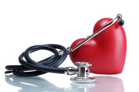 enfermedades del corazon: Médico estetoscopio y el corazón aislado en blanco