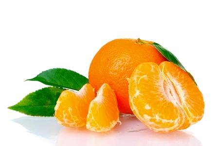 Mandarina fresca con hojas y dientes aislados en blanco