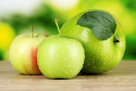 jugo verde: Manzanas orgánicas frescas en la mesa de madera, aislado en blanco Foto de archivo