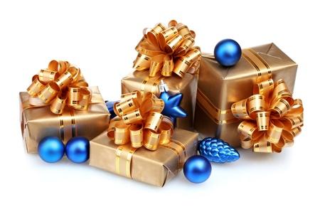 dar un regalo: Hermosos regalos en oro envasado y bolas de Navidad aisladas en blanco