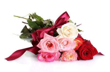 Hermoso ramo de rosas aislados en blanco