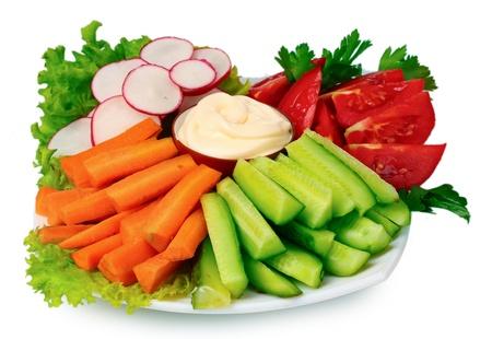 mayonesa: Verduras picadas y salsa en placa aislado en blanco