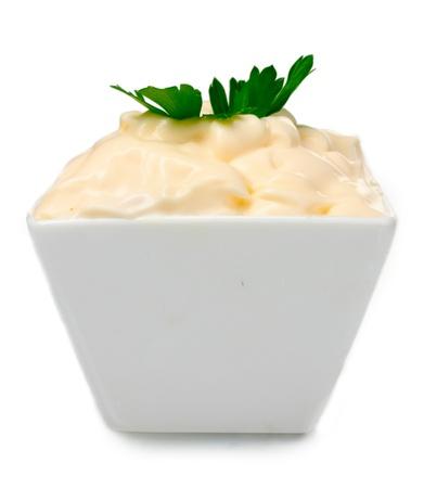 mayonesa: Deliciosa mayonesa en bowl y perejil aislados en blanco