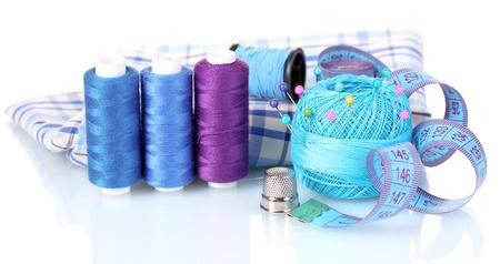 kit de costura: hilo azul brillante, tela y cintas de medici�n aislados en blanco