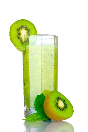 smoothies: Batidos de kiwi en el vidrio aislado en blanco